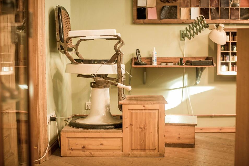 Auf diesem Stuhl nimmt der Kunde Platz, damit ihm der Schuhmacher exakt die Füße vermessen kann. Für die spätere Passform ist dabei absolute Präzision gefragt.