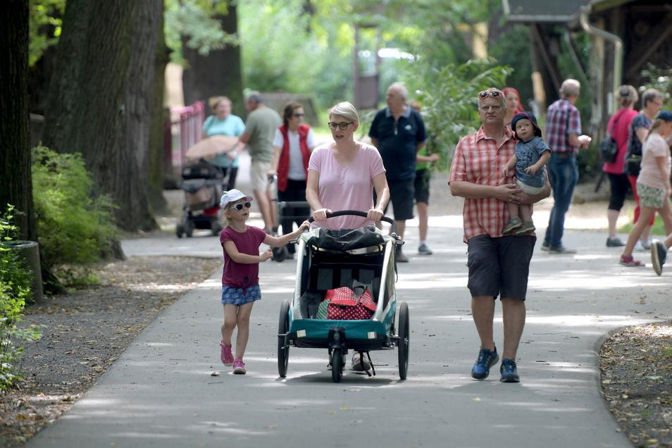 Tierparkfest in Zittau: Viele Familien bummelten mit ihren Kindern am Sonntag durch die Anlage.