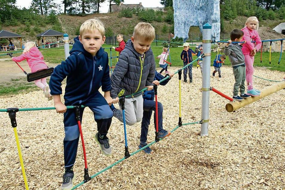 """Die Kinder der Krauschwitzer Kita """"Sonnenstrahl"""" durften den neu errichteten Niedrigseilparcours einweihen, sich im Klettern und Balancieren ausprobieren. Der Parcours ist eine Vorstufe für spätere Kletterer, die am benachbarten Felsen trainieren."""