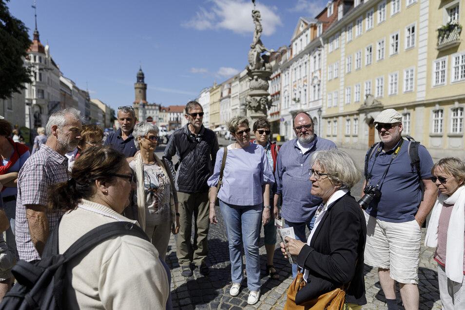 Stadtführerin Monika Knechtel zeigt einer Gruppe Touristen die Görlitzer Altstadt.
