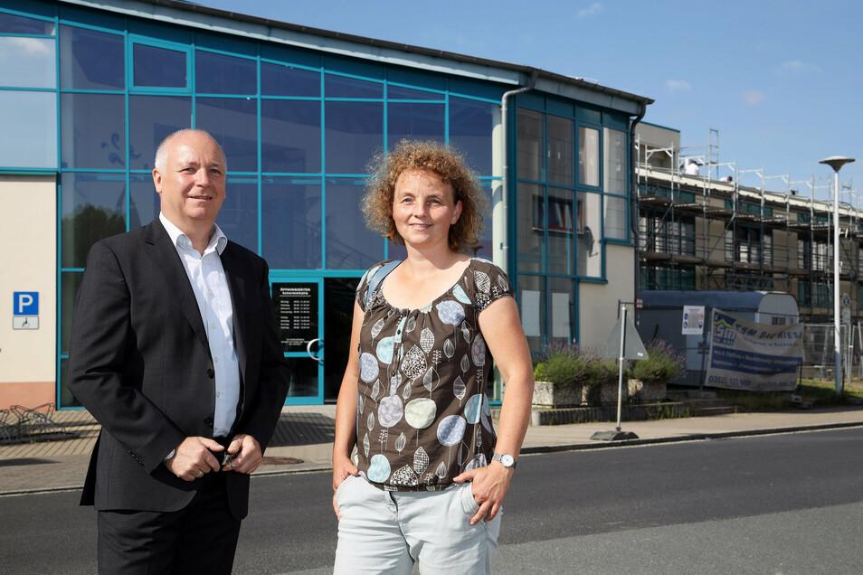 Zwei von der Schwimmhalle: Reiner Striegler ist Geschäftsführer des Bad-Betreibers Magnet, Katja Sieber vertritt die Stadtwerke Riesa, denen das Gebäude gehört.