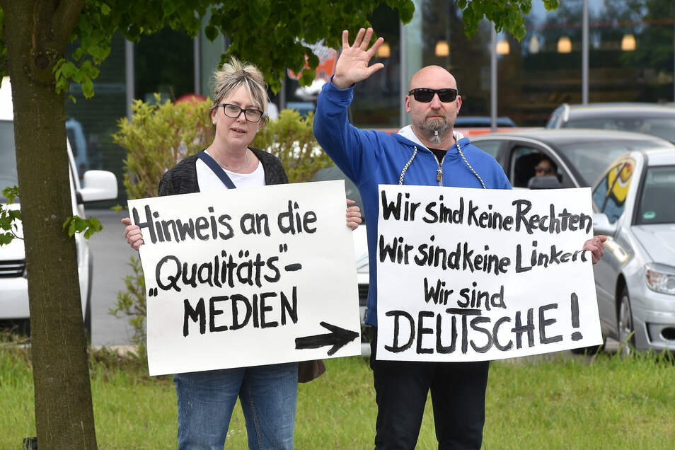 In Ebersbach standen heute unter anderem diese Demonstranten an der Kreuzung am Goldenen Löwen.