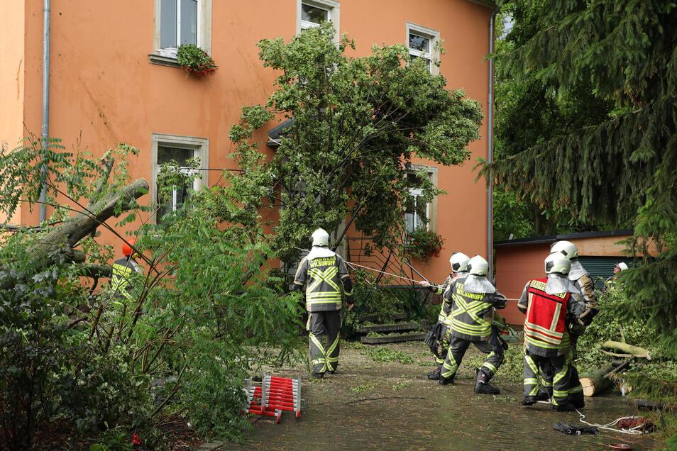 Feuerwehreinsatz an der Heimgasse in Wilsdruff. Nicht die einzige Aktion am Samstag nach dem Unwetter.