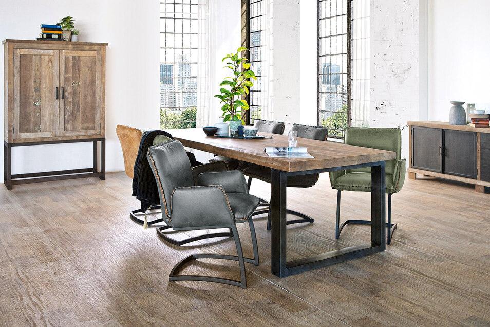 Verschiedene Materialien und Farben lassen die neuen Stühle in den verschiedensten Wohnungen wirken.