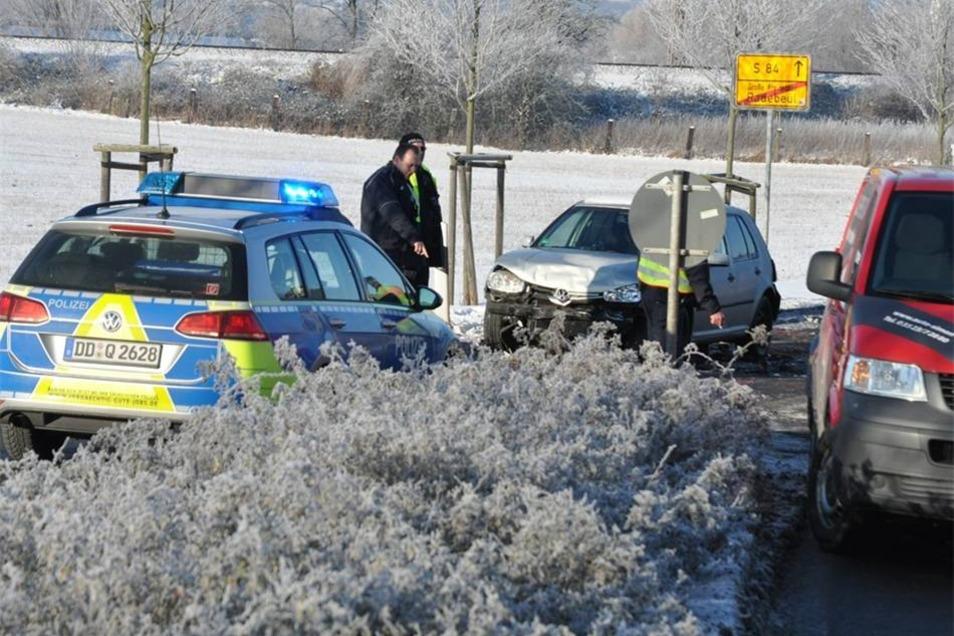 Bei winterlichen Fahrbahnverhältnissen und tiefstehender Sonne stießen am Freitagmorgen drei Fahrzeuge in Radebeul zusammen. Eine Person wurde dabei verletzt und kam ins Krankenhaus. Wegen des Unfalls war die Staatsstraße gesperrt.