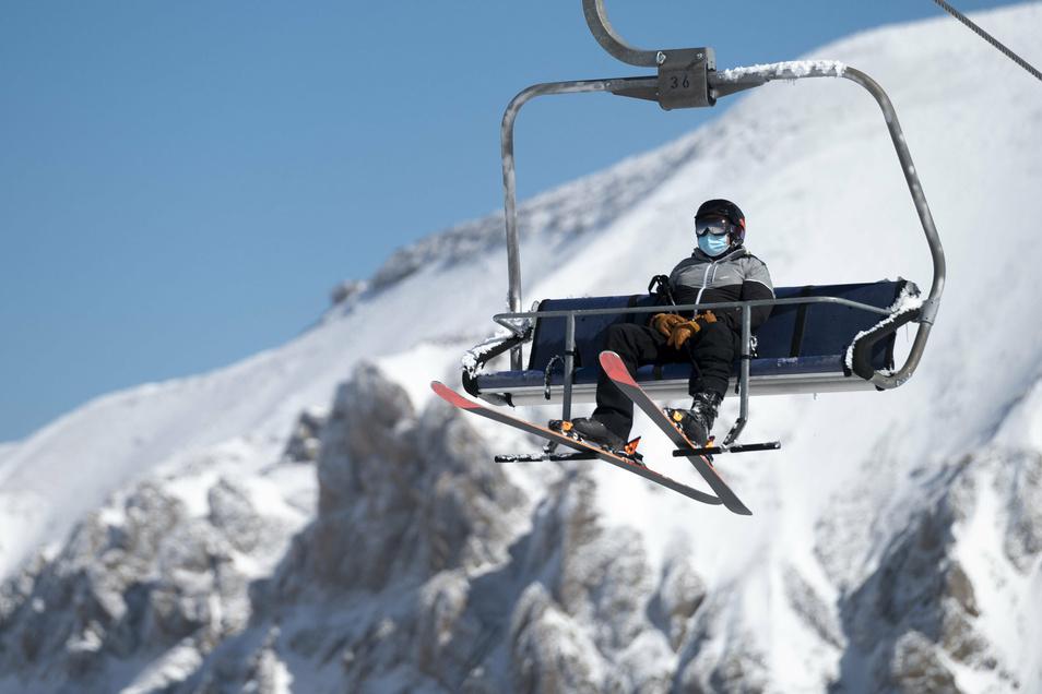 Rückblick auf den letzten Winter: Ein Skifahrer mit Mund-Nasen-Schutz in der Schweiz.