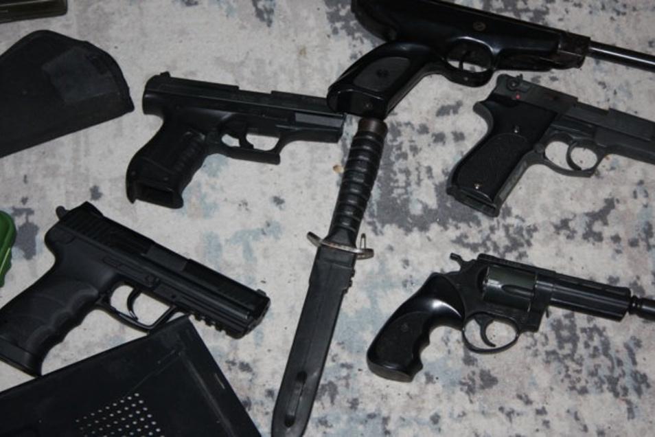 Diese Waffen wurden am Donnerstag bei den 28-Jährigen in Kamenz gefunden.