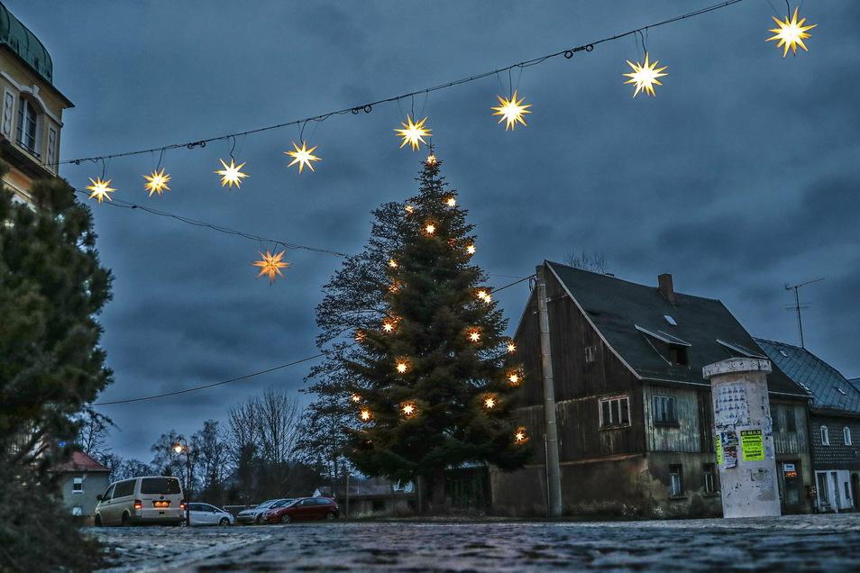 Der Standort des Weihnachtsbaums in Neusalza-Spremberg ist umstritten. Das alte Haus rechts daneben will die Stadt noch abreißen lassen.