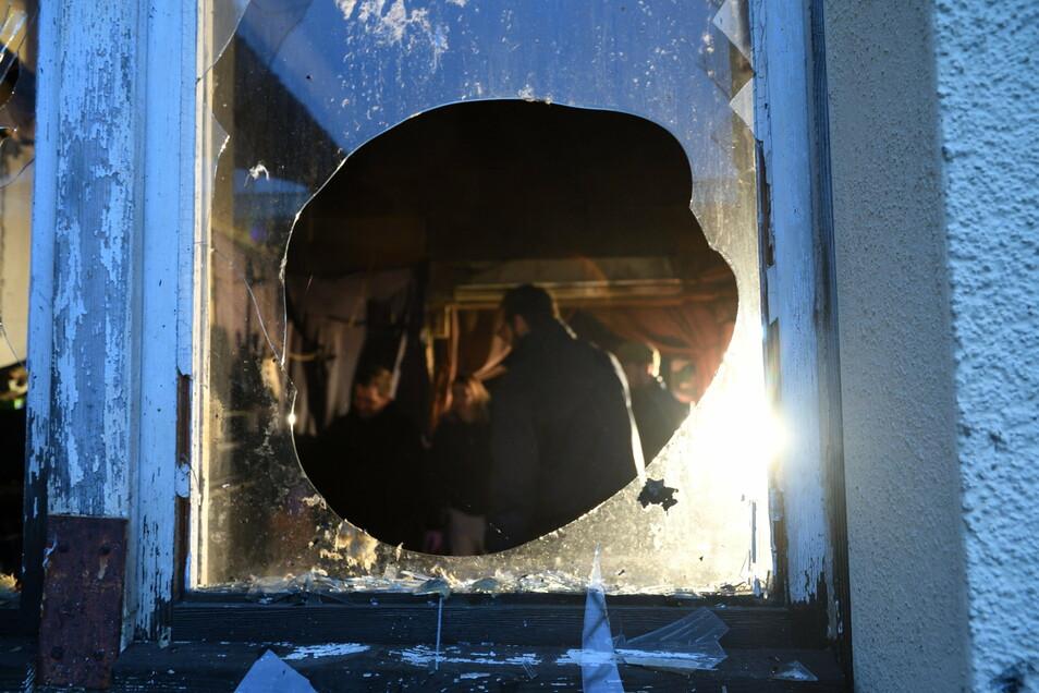 """Der Brandstifter schlug die Scheibe ein und legte Feuer im Proberaum der Freitaler Band """"Dawn of the Unleashed""""."""