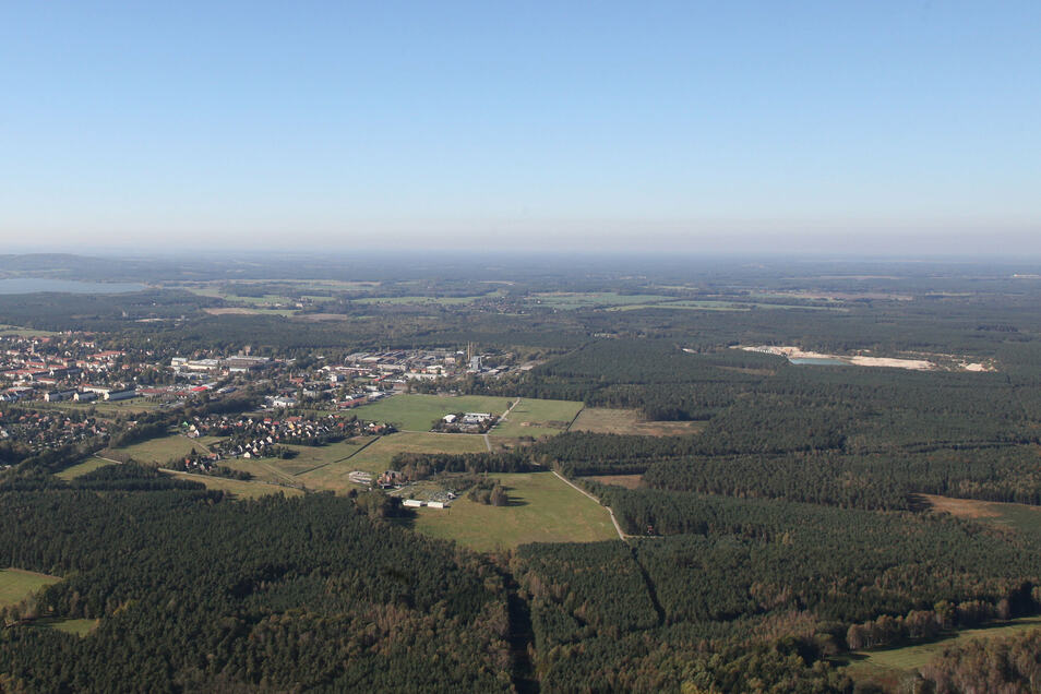 In den Wäldern (rechts) nördlich des Nieskyer Stadtteils Neuhof (links) könnte die Eisenbahnteststrecke entstehen. Aus dem Areal dazwischen (rund um die Firma Neu- und Rekobau Glotz in der Bildmitte) will die Stadt Niesky ein Gewerbegebiet machen.