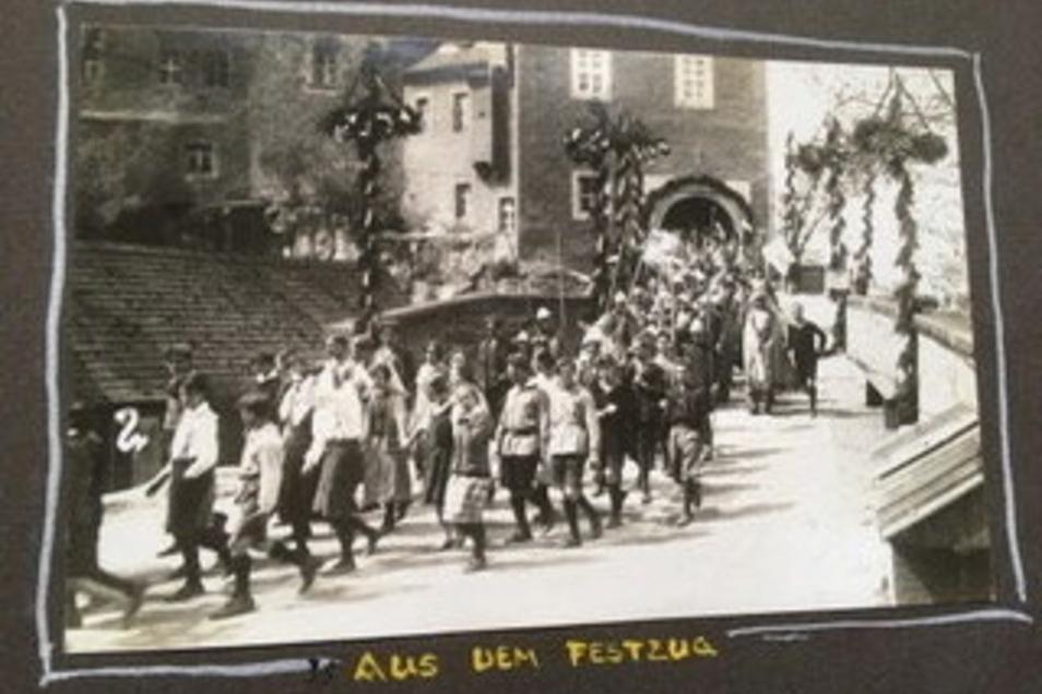 Der Festumzug von der Burg auf den Hohnsteiner Marktplatz.