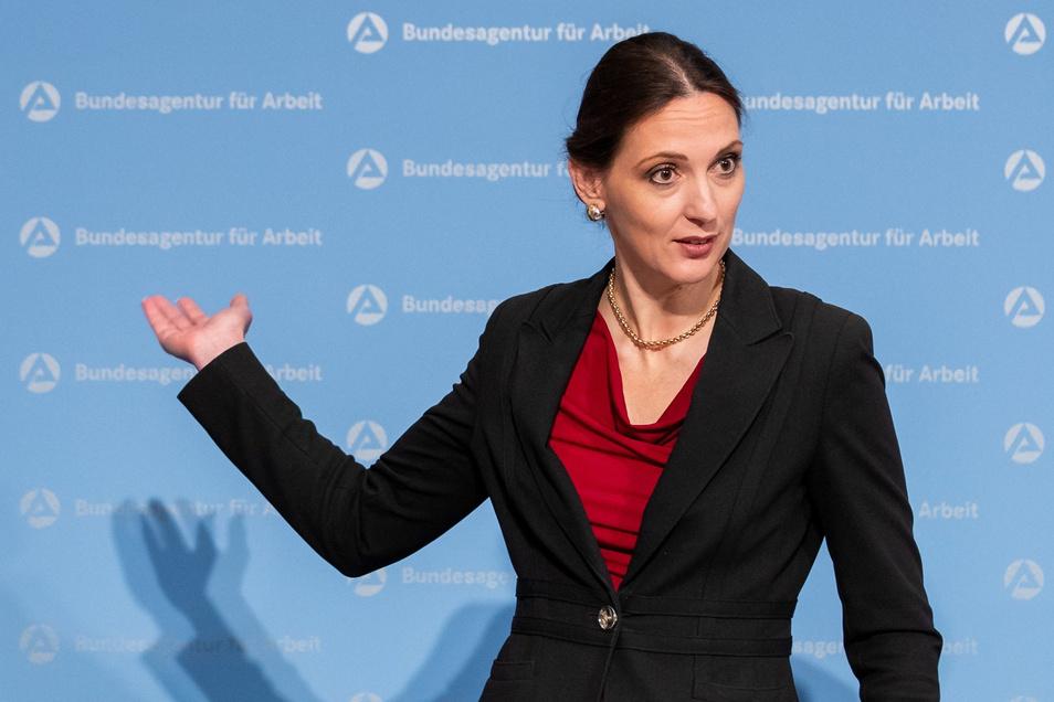 Kritiker sagen, sie hat die Behörde nicht im Griff. Freunde meinen, Valerie Holsboer trat den Machtmännern zu sehr auf den Schlips. Das Ende des Streits: Die BA-Vorständin musste gehen.