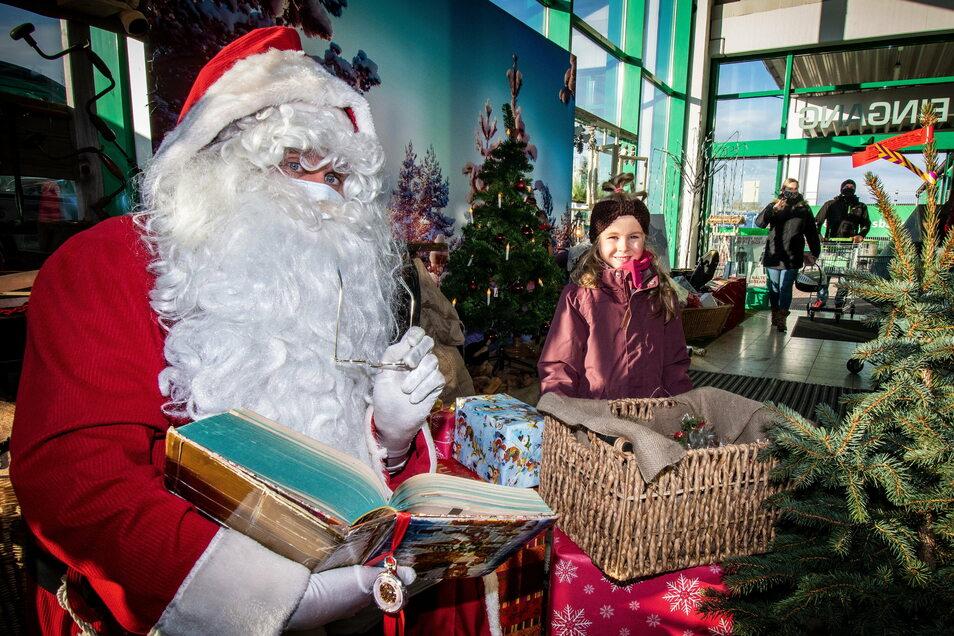 Emma (rechts) gehörte zu den Kindern, die dem Weihnachtsmann in der RHG Waldheim ihre Wünsche verraten haben.