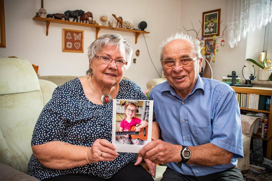 Erika und Wolfgang Janasek aus Waldheim sind glücklich, dass es ihrer Urenkelin besser geht. Gespannt schauten sie sich den Beitrag zur Verleihung der Goldenen Henne an.
