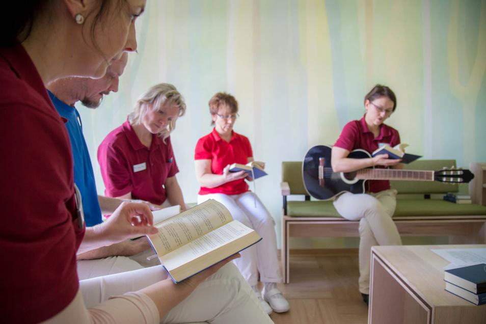 Andacht im Raum der Stille. Das Nieskyer Hospiz hat die ersten 100 Tage absolviert. Die intensive Betreuung der Gäste steht dabei immer im Vordergrund.