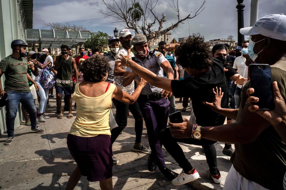 Kuba, Havanna: Die Polizei verhaftet einen regierungskritischen Demonstranten während einer Demonstration in Havanna.
