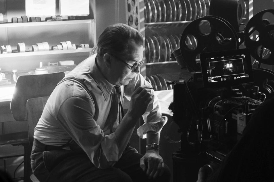 """Gary Oldman als Herman Mankiewicz in einer Szene aus """"Mank"""". Die Filmbiografie geht bei den Oscars in der Top-Kategorie für den besten Film ins Rennen."""