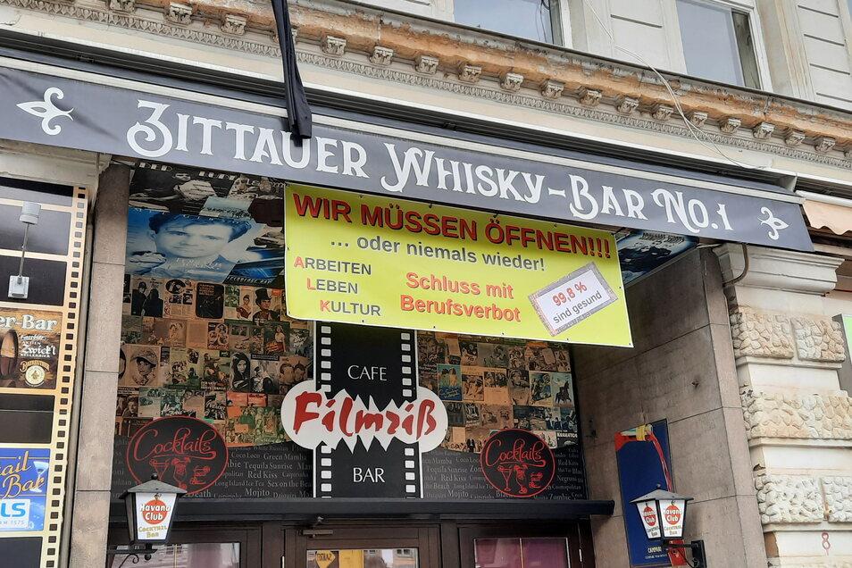 """Auch an der Bar """"Filmriß"""" auf dem Markt hängt das Banner über dem Eingang. Inhaber Heiko Winkler gehört auch zu den Erstunterzeichner des Brandbriefes ..."""