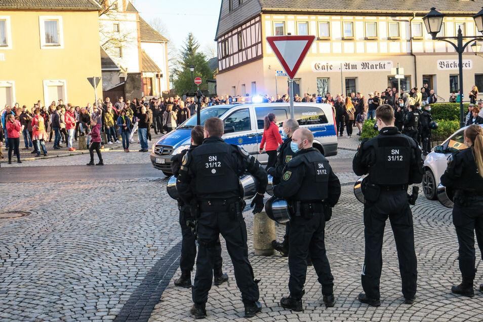 16.05.2021: Polizisten beobachten eine nicht angemeldete Versammlung von Gegnern der Corona-Maßnahmen. Daran haben in Zwönitz (Erzgebirgskreis) rund 350 Menschen teilgenommen.