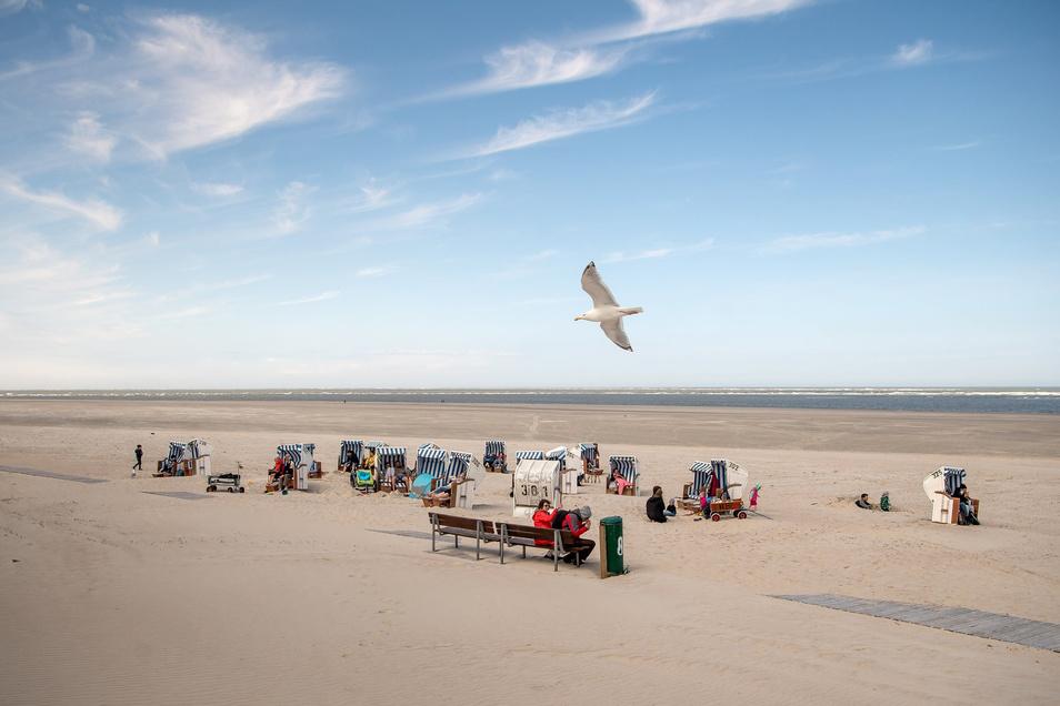 Noch stehen wenige Strandkörbe, auf Spiekeroog steckt man noch mitten in den Saisonvorbereitungen.