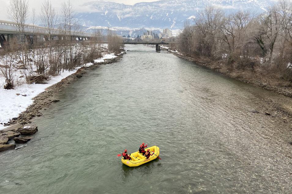 Spezialisten der Feuerwehr suchen auch im Fluss Eisack nach den Vermissten.