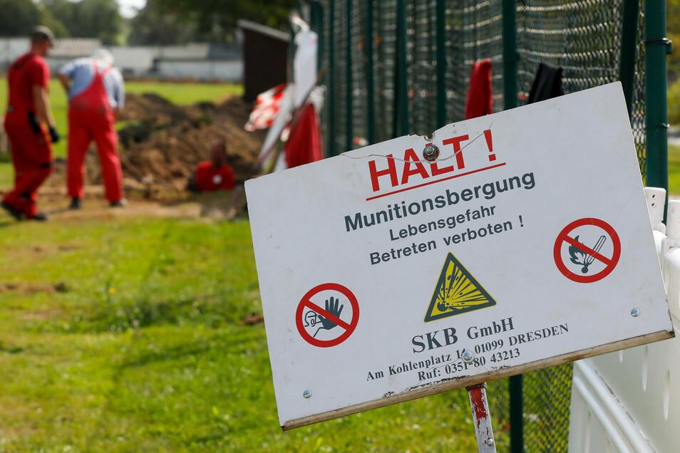 Mitarbeiter einer Spezialfirma bergen im Auftrag des Kampfmittelbeseitigungsdienstes schon eine Woche lang am Oberseifersdorfer Sportplatz Weltkriegsmunition.
