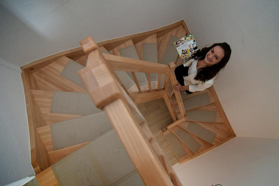 Eine Holztreppe im Plattenbau? Ja, das gibt es. Nadine Salpeter steht auf der Treppe der Maisonettewohnung, die von der vierten in die fünfte Etage führt.
