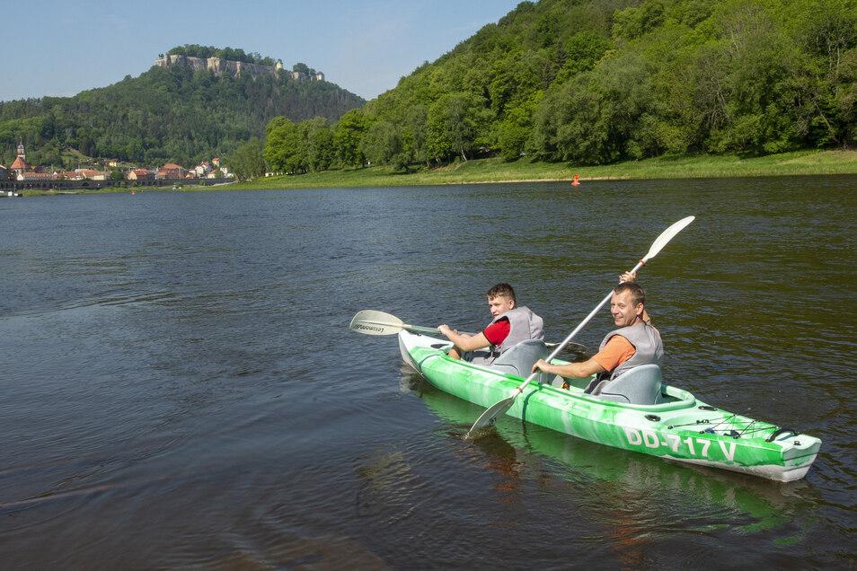 Paddeltour mit Ausblick: Rafael und Heiko (re.) aus Wernigerode legen bei Kanu Aktiv Tours in Königstein ab.