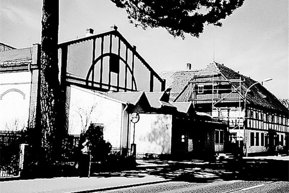 Das Kino in Niederoderwitz konnte nach der Wende im Jahr 1989 leider nicht wieder zum Leben erweckt werden. Der Abriss des Gebäudes wurde im Mai 2001 beendet. Heute parken auf den Fläche des einstigen Kinogebäudes die Apothekenbesucher.