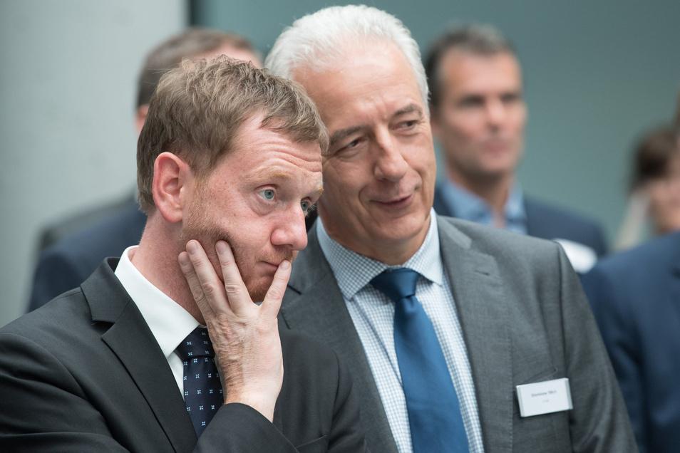 Zur Feier der Fabrikeinweihung kam Ministerpräsident Michael Kretschmer mit Vorgänger Stanislaw Tillich, den Technik interessiert.