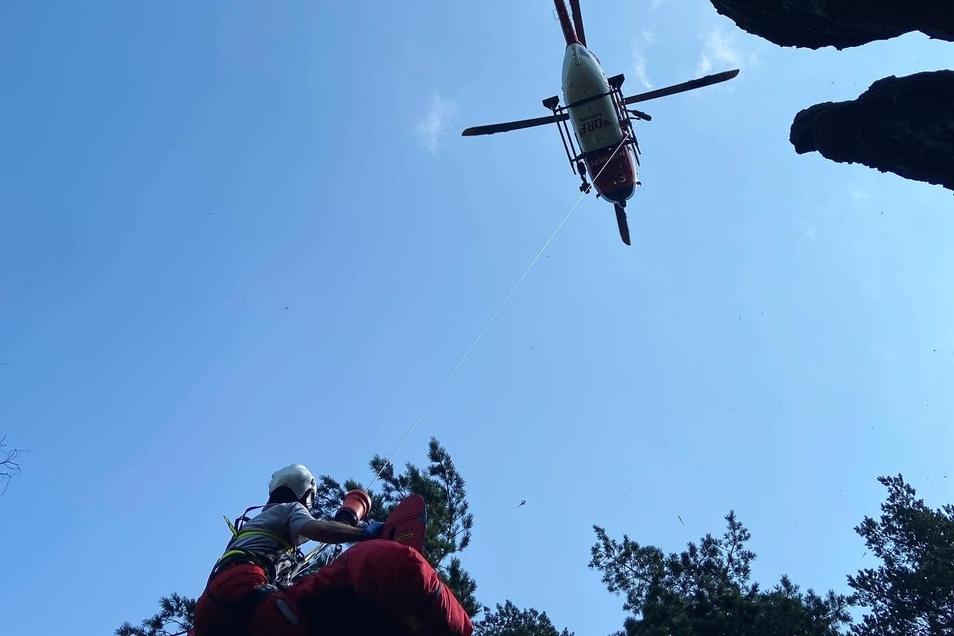 Der Leichnam wird in den Rettungshubschrauber gewinscht.