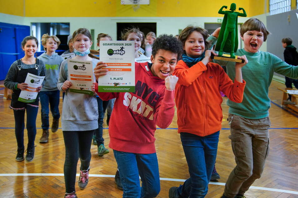 """Die """"28 Blitze"""" aus der Klasse 4d bejubeln ihren Sieg beim Bundeswettbewerb."""