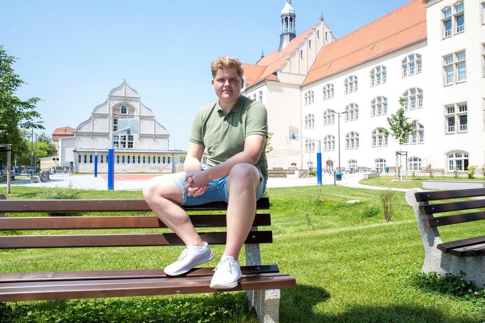 Karl Leutgöb im neuen Schulhof des Heidenauer Gymnasium, der auch noch nicht so richtig von allen Besitz genommen werden konnte.