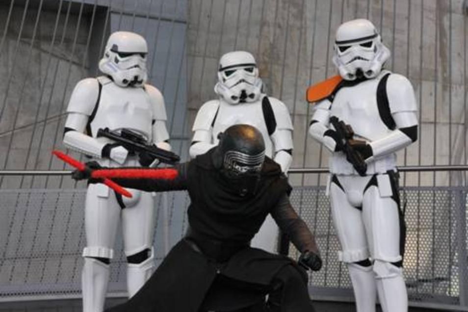 Täuschend echt sehen die Star-Wars-Fans aus.