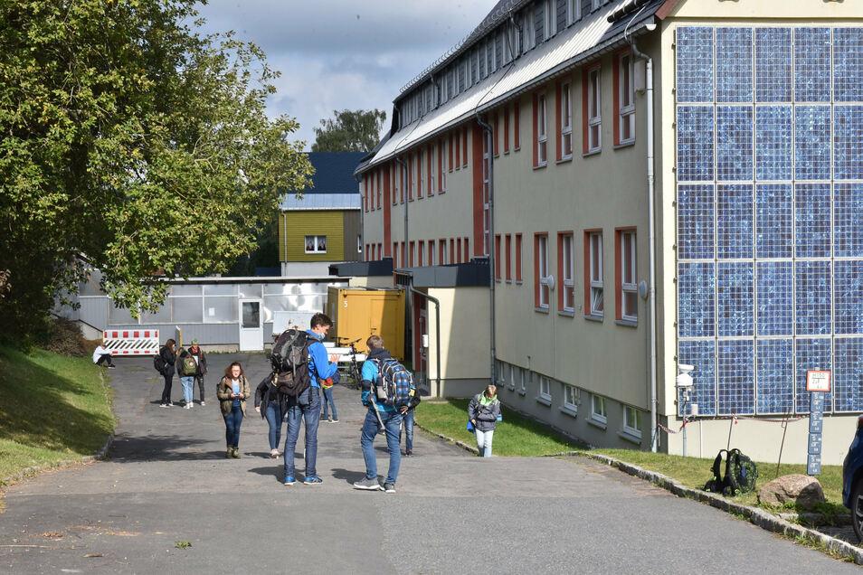 Das Altenberger Glückauf-Gymnasium hat nicht geschlossen. Nur die Klassenstufe 11 hat am Donnerstag keinen Unterricht.