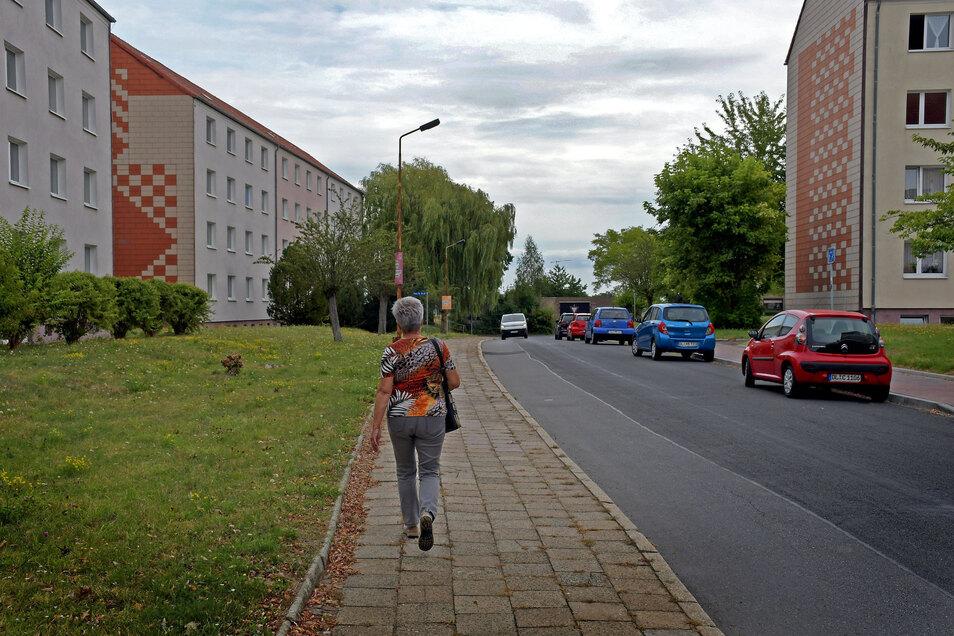 An der Straße des Friedens in Hartha soll ein weiterer Abschnitt des Fußweges instandgesetzt werden. Das Teilstück vor den beiden Wohnblöcken auf der linken Seite ist jedoch zu einem späteren Zeitpunkt geplant.