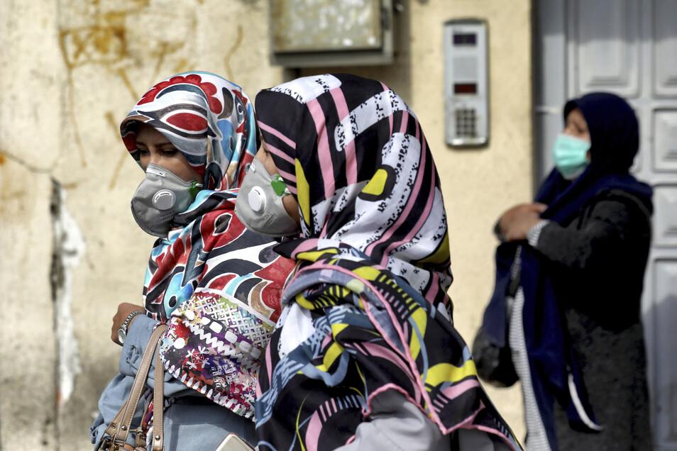 Iran, Teheran: Frauen tragen Atemschutzmasken um sich vor dem neuartigen Coronavirus Sars-CoV-2 zu schützen. Laut des iranischen Gesundheitsministeriums sind bisher 8 Menschen an den Folgen des Virus gestorben.