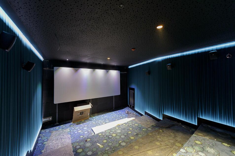 Zwei Studiokinos im Gold-Class-Standard sind unterhalb des Ranges eingebaut worden, eins in Blau, eins in Rot. Hier werden gut 20 Zuschauer auf Sofas und Sesseln Platz haben.