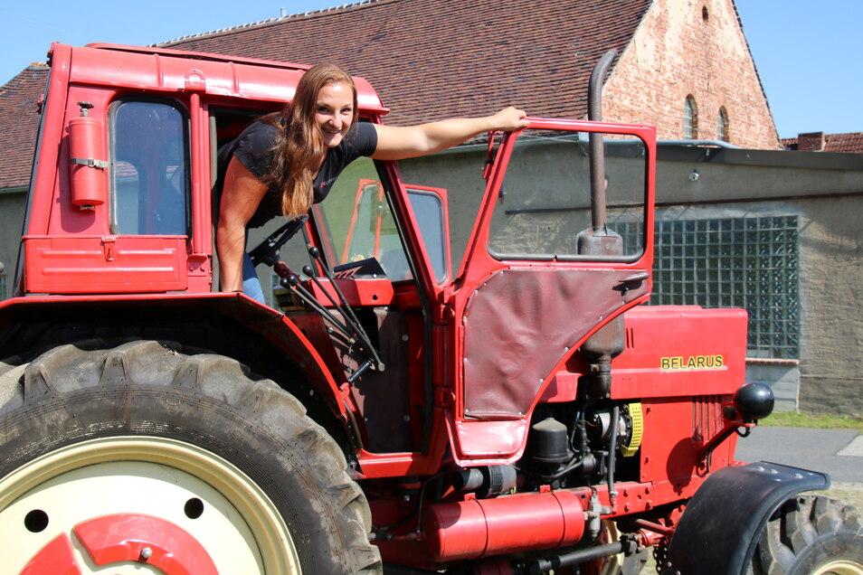 Anja Mann ist gelernte Tierwirtin und jetzt Steuerfachangestellte mit Spezialrichtung Landwirtschaft. Von alten Traktoren kann sie jedoch nicht lassen. Vor allem die Oldies der Marke Belarus haben es ihr angetan.