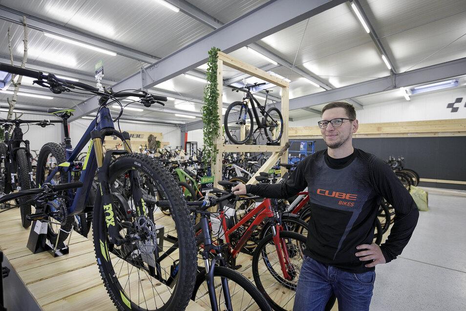 Sebastian Mischke, stellvertretender Geschäftsführer Bike Point Wiesner steht im Cube Store in Görlitz.