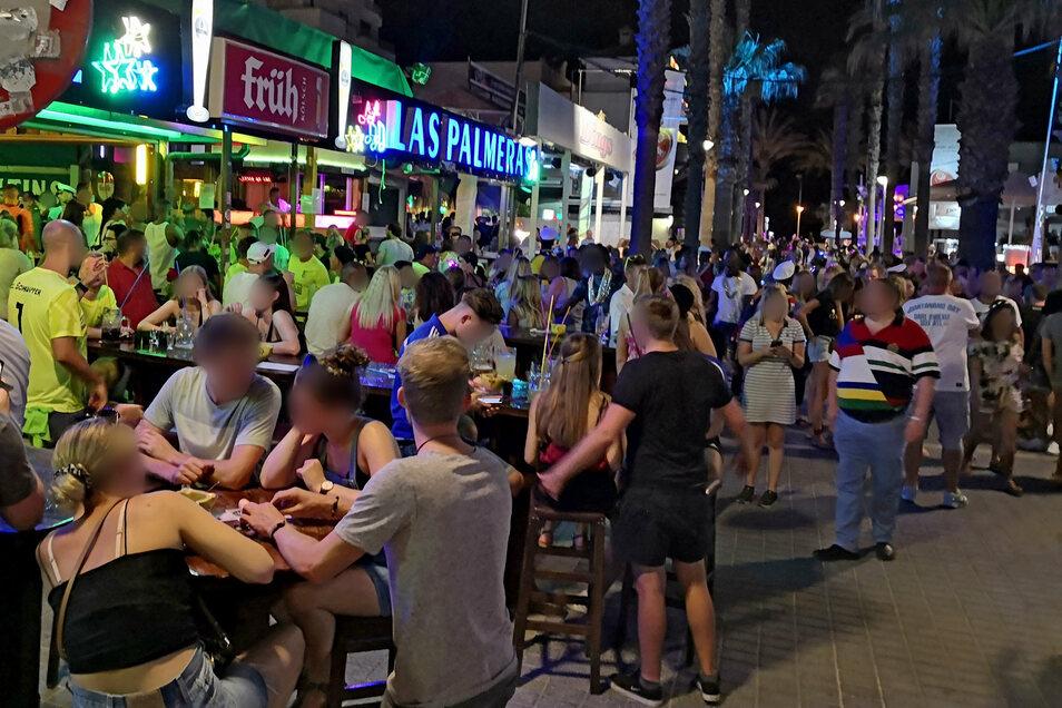 """Dichtes Gedränge herrscht vergangenen Freitag an der """"Bierstraße"""" in Palma de Mallorca. Hunderte Urlauber aus Deutschland haben am Ballermann Party gemacht haben, ohne sich um die Corona-Regeln zu scheren."""