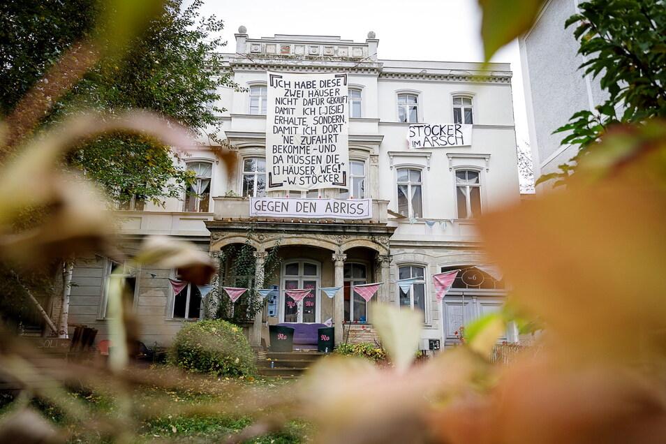 Mit Bannern an der Fassade protestierten im Herbst die letzten Bewohner des Hauses Postplatz 6 gegen die Pläne von Kaufhaus-Investor Winfried Stöcker.