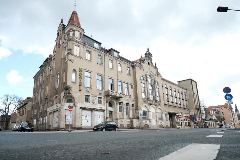 Kommt jetzt doch noch Bewegung in die Sache? Nach 27 Jahren Leerstand soll hier am Hamburger Hof ein medizinisches Versorgungszentrum entstehen. Dafür hat der Immobilieninvestor auch drei Häuser in der angrenzenden Bauhausstraße gekauft.