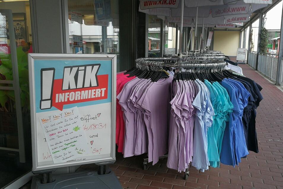 Auch bei KiK informiert eine Tafel am Eingang über die neuen Möglichkeiten. An der Tür werden die Kunden freundlich empfangen und der Testnachweis überprüft.