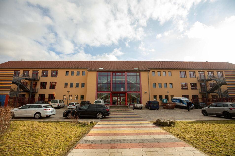 So sieht die Diesterweggrundschule in Pirna-Copitz aus. Die Fassade war bereits saniert.