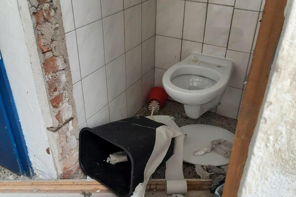 Zertretene Toiletteneinrichtungen in allen Kabinen des Lößnitzbades.