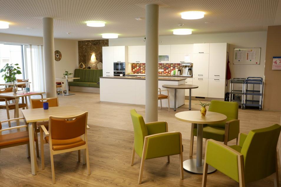 In allen drei Etagen gibt es einen großen Gemeinschaftsraum mit einer offenen Küche .