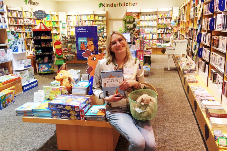 """Kelly Kittel, Filialleiterin von Thalia im Lausitz-Center Hoyerswerda, empfiehlt ganz österlich die Beatrix-Potter-Bücher, deren Hauptheld """"Peter Hase"""" ist, und """"korbweise"""" Hasen-Plüschtiere."""