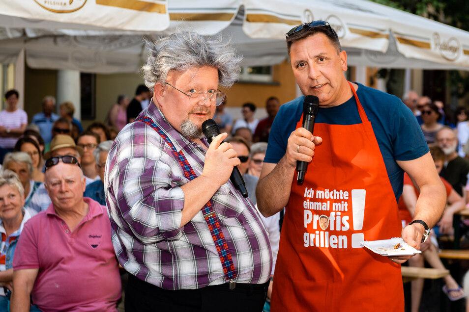 Das schmeckt die Bratwurst gleich noch einmal so gut: Am Kaiserhof hatten Biertheater-Schauspieler Holger Blum (l.) und sein Kollege Thomas Böttcher ihren Grill auf gebaut. Dutzende Besucher ließen sich von ihnen etwas Leckeres auf den Teller zaubern. Spi