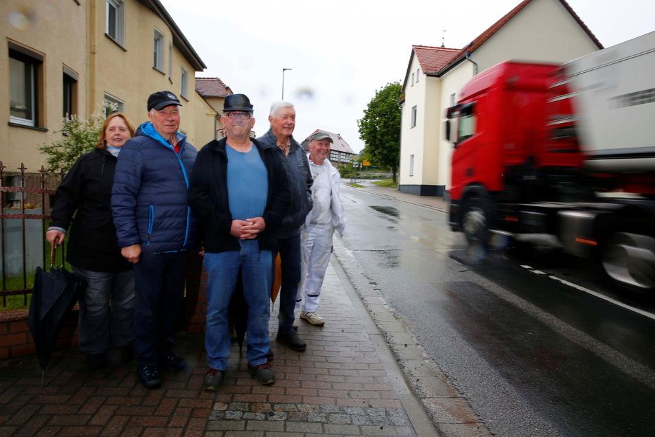 Anwohner ärgern sich über die Verschiebung des Straßenbaus in Oßling; darunter Mechthild Hammermeister, Friedrich Simiantkowski, Tino Henschel, Werner Ranig und Frank Hammermeister (von links).